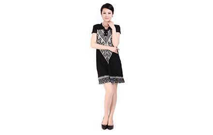 黑底白花纹连衣裙