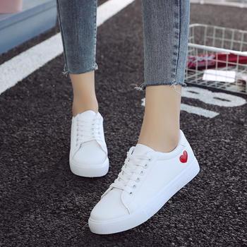 蝶恋霏秋季新品百搭时尚板鞋可爱小桃心小白鞋